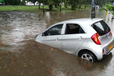 Fuertes lluvias en Cali dejaron inundaciones, carros atrapados y árboles caídos