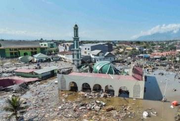 Tras sismo en Indonesia que dejó más de mil muertos, hacen sepelios masivos