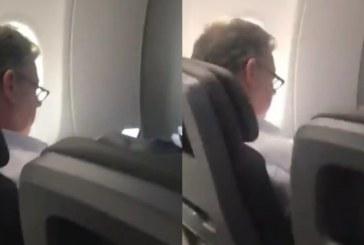 Habló mujer que insultó a Santos en un avión, dijo que tiene miedo tras lo ocurrido