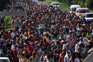 """Trump dice que militares de EEUU están preparados ante """"invasión"""" de migrantes"""