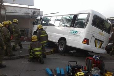 Buseta escolar se estrelló contra parqueadero en el sur de Cali, hay varios heridos