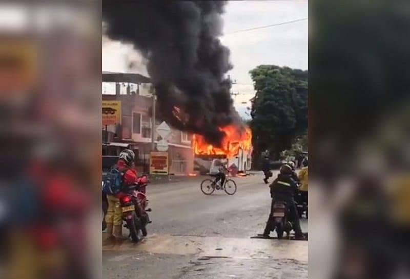 Bus de empresa Fronteras que venía de Bogotá fue consumido por las llamas en Palmira