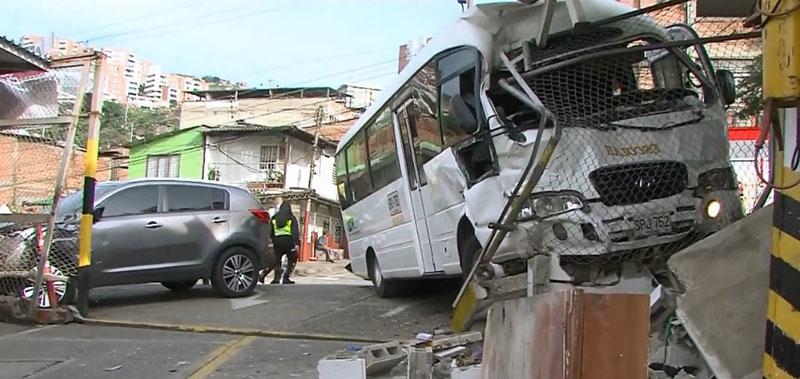 Falleció uno de los heridos tras accidente de buseta escolar en barrio Santa Isabel