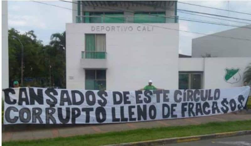 Ante malos resultados, hinchas del Cali protestaron frente a sede Alex Gorayeb
