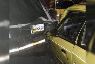 Hombre robó taxi en Cali, en medio de la huida se estrelló y terminó herido