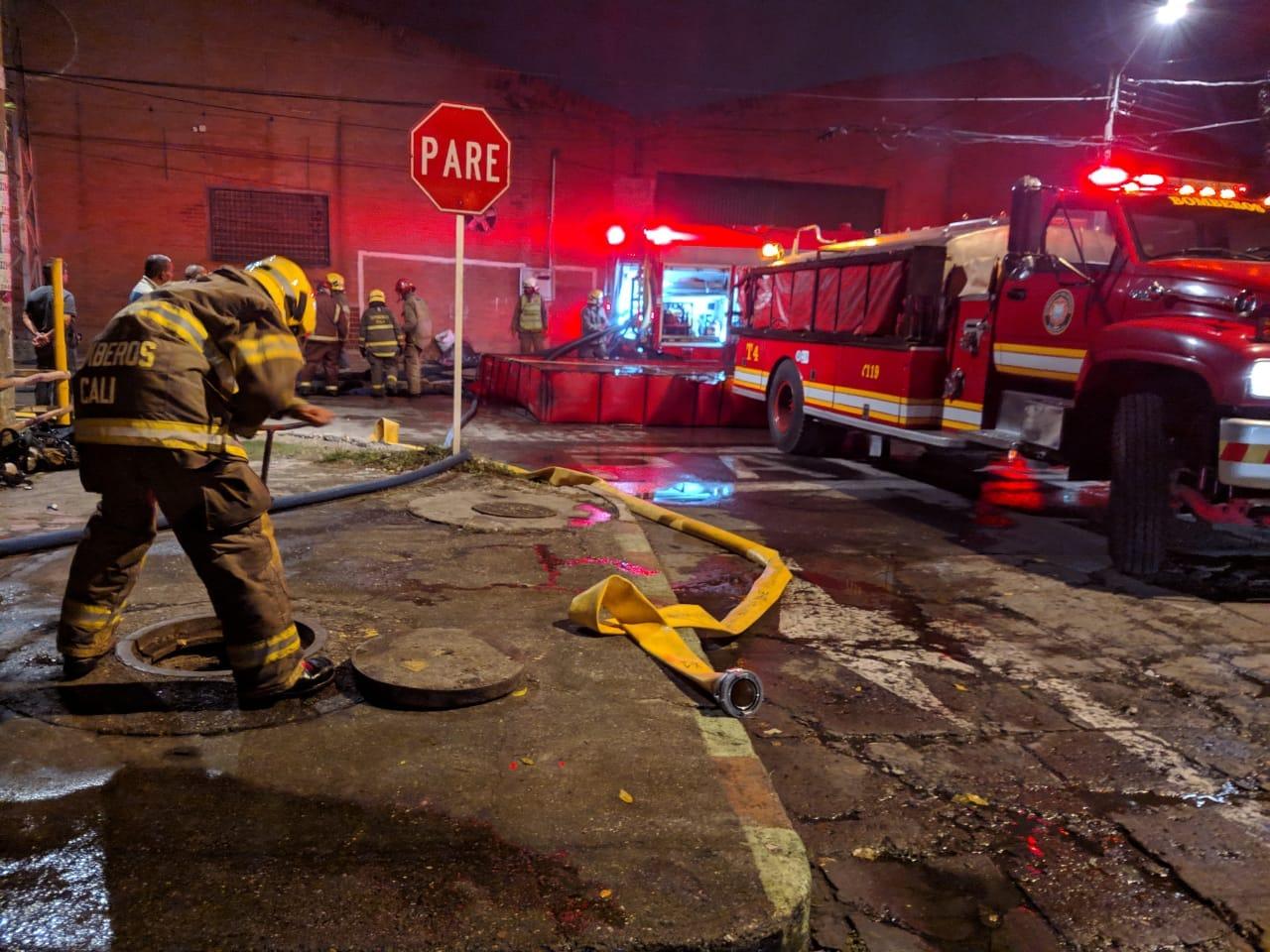 Voraz incendio consumió fábrica de colchones en barrio Jorge Isaacs, centro de Cali
