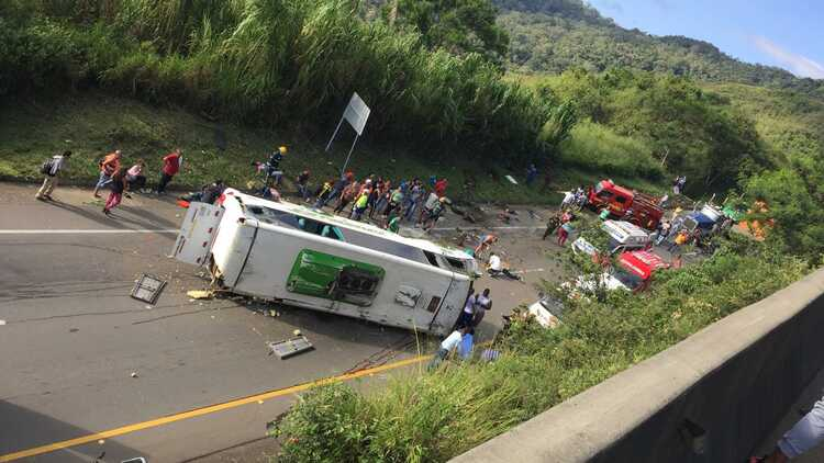 Volcamiento de bus deja 9 muertos y al menos 22 heridos en vía Buga-Yotoco