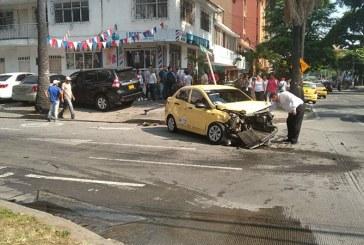 Aparatoso accidente deja dos personas lesionadas en el barrio Versalles