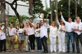 Con rosas blancas, Univalle realiza 'acto de desagravio' tras actos violentos en Cali