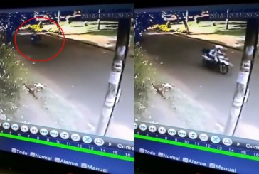 En video quedaron registradas 'piruetas' de agente de tránsito de Cali en moto oficial