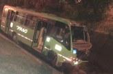 Bus alimentador del Mío cayó a canal de aguas lluvias en la Carrera 80, barrio Capri