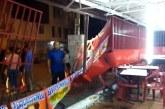 Conductor perdió el control de su vehículo y terminó estrellándose contra un asadero