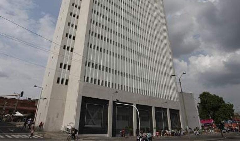 Por condiciones laborales, abogados defensores protestan en Palacio de Justicia