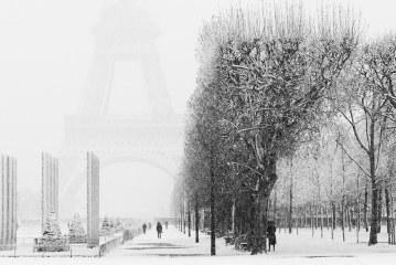 La Torre Eiffel fue cerrada a los turistas por una fuerte nevada en París