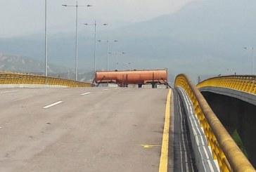 Dos camiones del lado venezolano obstaculizan puente fronterizo con Colombia