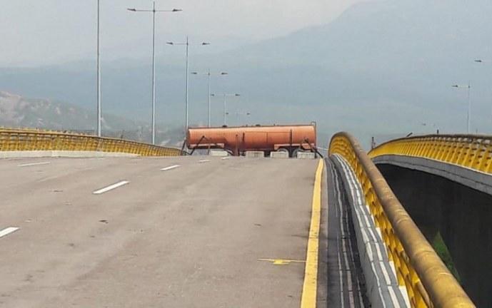 Venezuela refuerza bloqueo de puente Tienditas en la frontera con Colombia