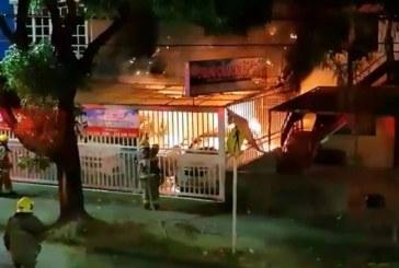 Incendio en academia de conducción en el sur de Cali dejó cinco vehículos afectados