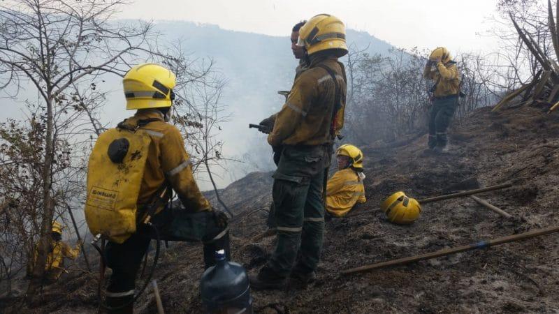 Luego de 50 horas, Bomberos de Cali siguen trabajando para apagar incendio forestal