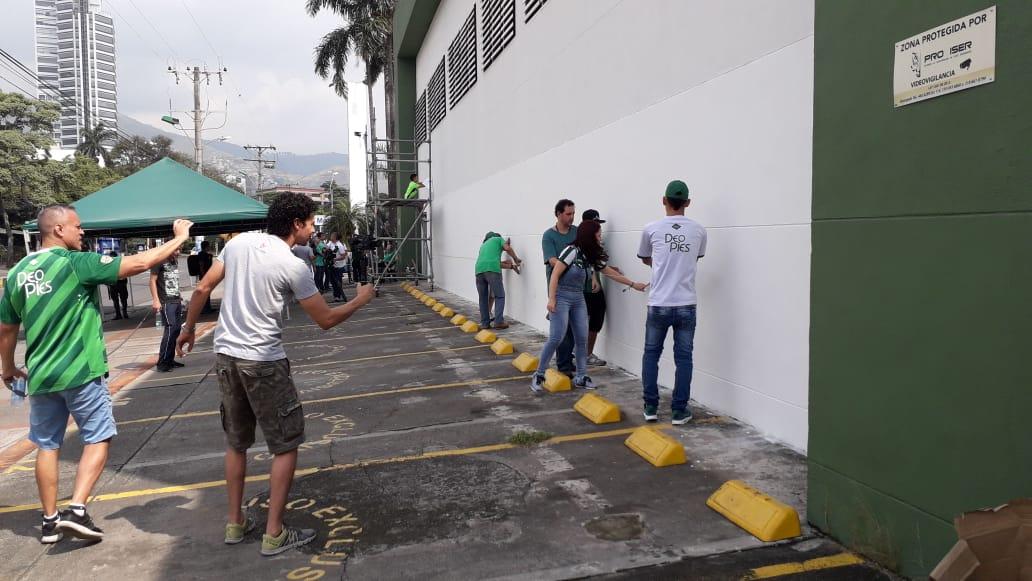 Jugadores, hinchas y asociados caleños llegaron hasta la sede Alex Gorayeb para la 'pintatón'