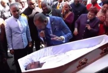 Pastor sudafricano fingió resucitar a un hombre de su comunidad y se hizo viral