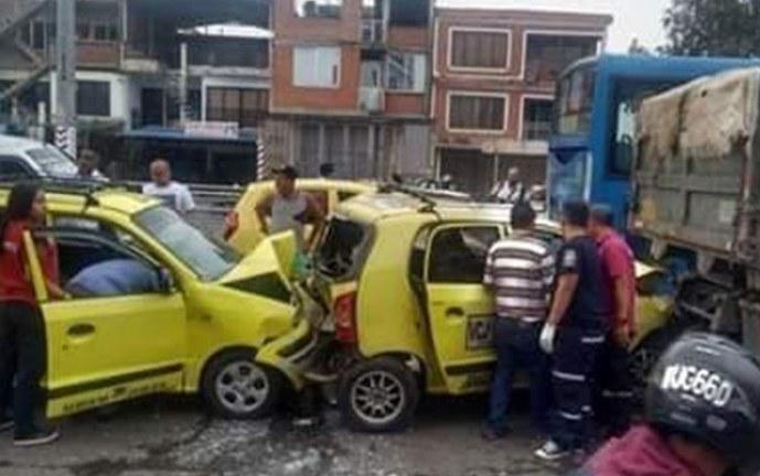Cuatro vehículos afectados tras accidente de tránsito en el barrio Siete de Agosto