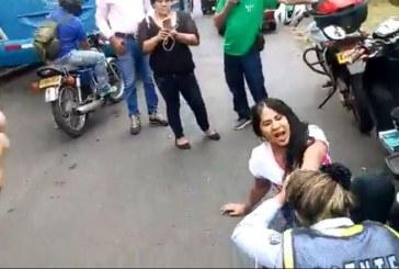 La brutal agresión de una motociclista a una guarda de tránsito de Cali en un retén
