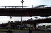 Cali amaneció con 'Diablos' colgados en puentes de Cali previo al clásico