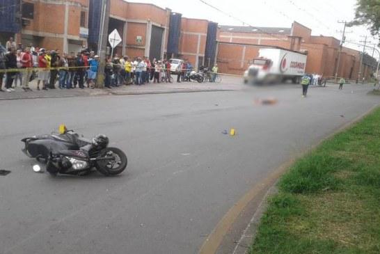 Choque entre motocicleta y tractocamión deja una mujer muerta en vía Palmira-Cali