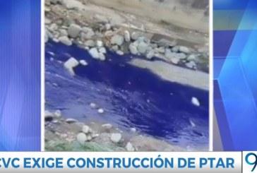 Investigan causas que generaron que el río Yumbo amaneciera teñido de azul