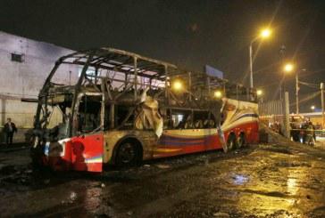 Tragedia: al menos 20 muertos por incendio en autobús en terminal de Lima, Perú