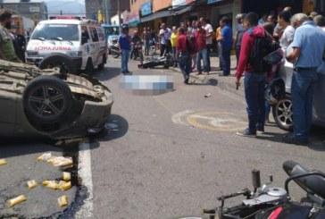 Aparatoso accidente de tránsito en el centro de Cali dejó un motociclista muerto