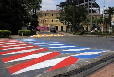 Novedosa y colorida demarcación de pasos peatonales se puso de moda en Cali