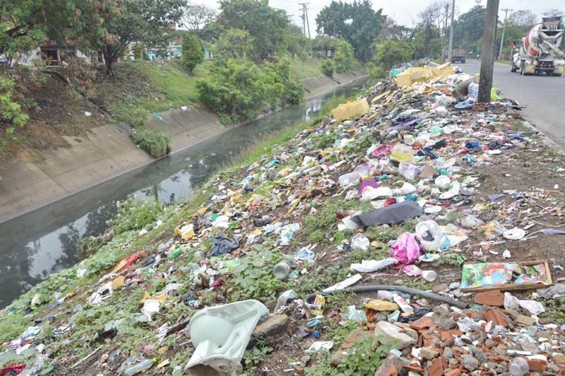 Emcali ha retirado toneladas de basura de canales de aguas lluvias en Cali