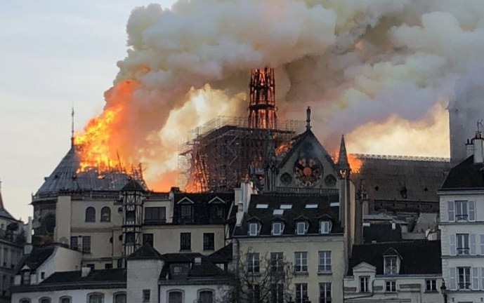 Grave incendio afecta histórica estructura de catedral de Notre Dame de París