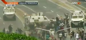 Impresionante video muestra a tanqueta de Maduro arrollando a grupo de manifestantes