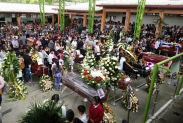 En sepelio colectivo, Rosas, Cauca, despide a las víctimas mortales que dejó alud