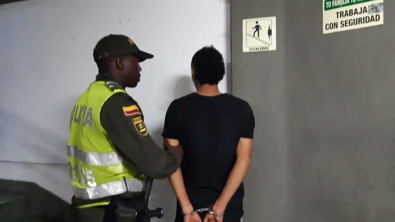 Hieren con navaja a vigilante de estación del Mío por evitar que jóvenes se 'colaran'