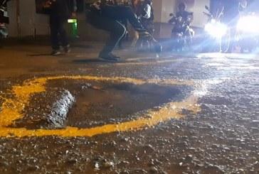 Motociclistas se unieron para pintar huecos en la denominada 'Pintatón'