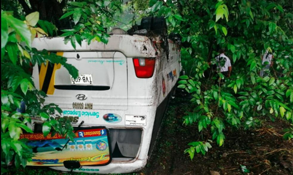 Buseta con cerca de 20 personas se volcó en Bugalagrande
