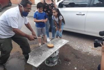 Con pastel, habitantes de La Base celebran cinco años del mal estado de las vías