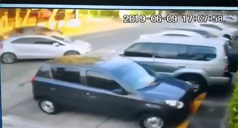 En segundos, ladrones robaron carro Kia en parqueadero de unidad de El Caney