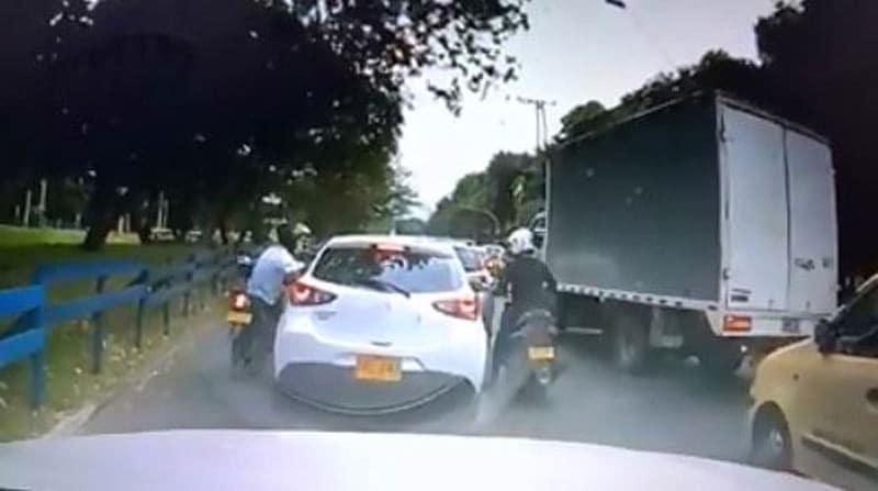 Ladrones quedaron grabados cuando intentaban robar a conductor en Cali