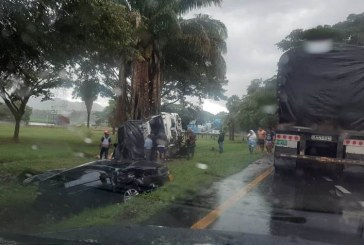 Video: en vías del Valle saquean camión accidentado encima de los heridos