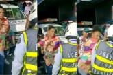 Video: agente de tránsito fue agredido por conductores 'Piratas' en el centro de Cali