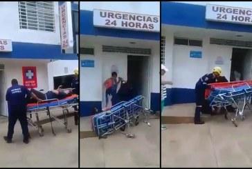 En video captan cuando socorrista deja caer de una camilla a paciente en Dagua