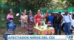Con una torta, habitantes de Altos de Santa Elena conmemoran 8 años de huecos en sus vías