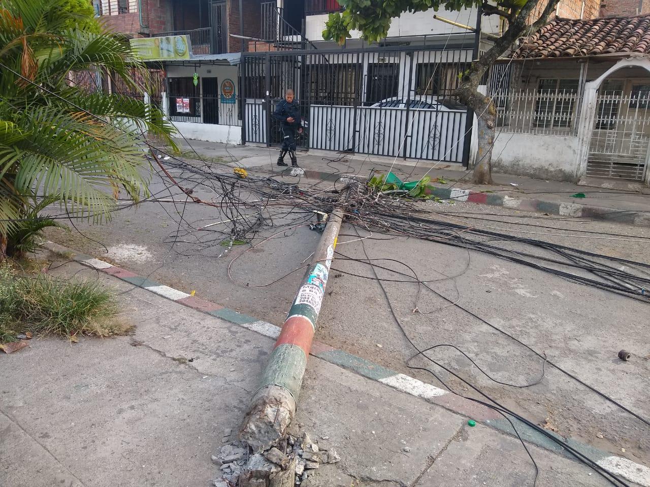 Conductor de camión que estaría huyendo de robo tumbó 7 postes en barrio de Cali