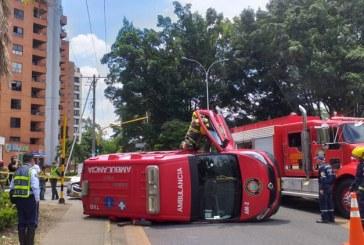 Ambulancia de bomberos terminó volcada tras accidente con particular