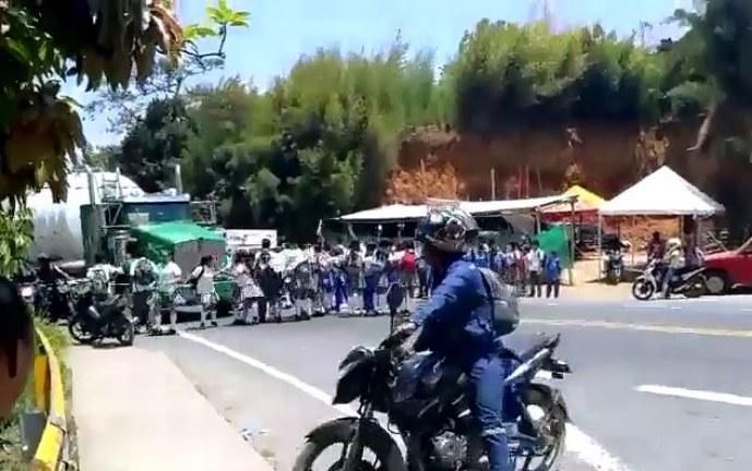 Conductor de tractomula por poco arrolla a varios estudiantes que protestaban
