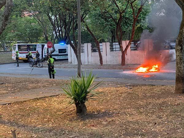 Pelea entre hinchas de América y Nacional en Cali dejó una moto incinerada